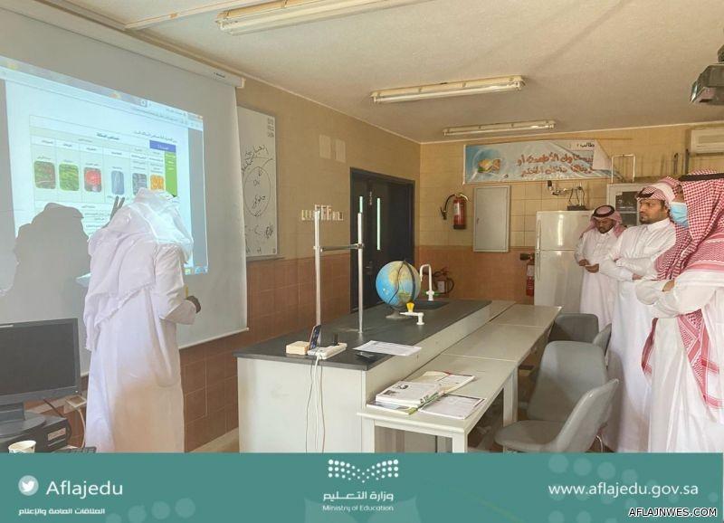 مدير تعليم الأفلاج يزور مدارس قطاع الأحمر