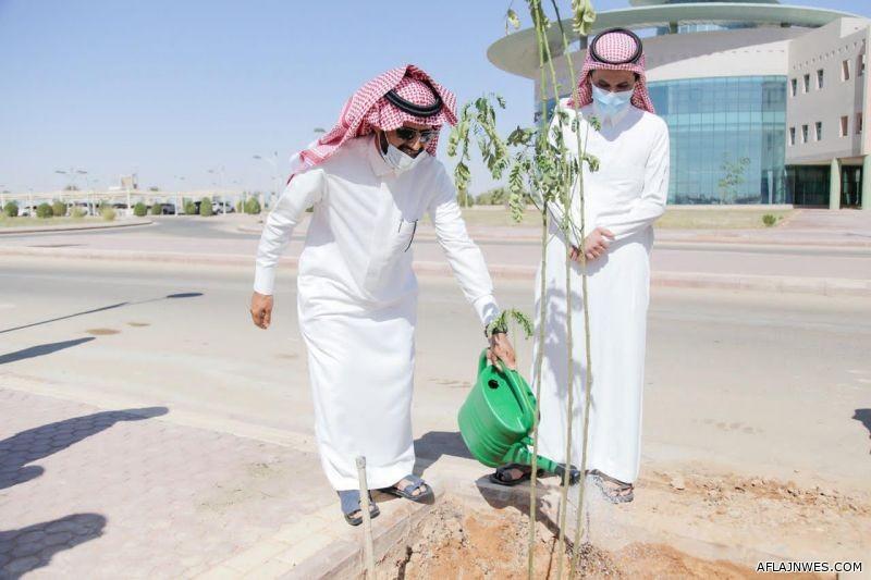 المشرف العام على كليات الافلاج يشارك في حملة لنجعلها خضراء