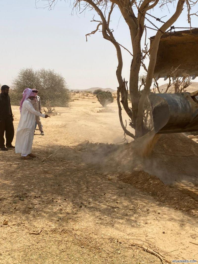 بالصور: إعادة وغرس ٣٥ شجرة جرفتها السيول..... نفذتها بلدية الأحمر ورابطة الأفلاج والزراعة