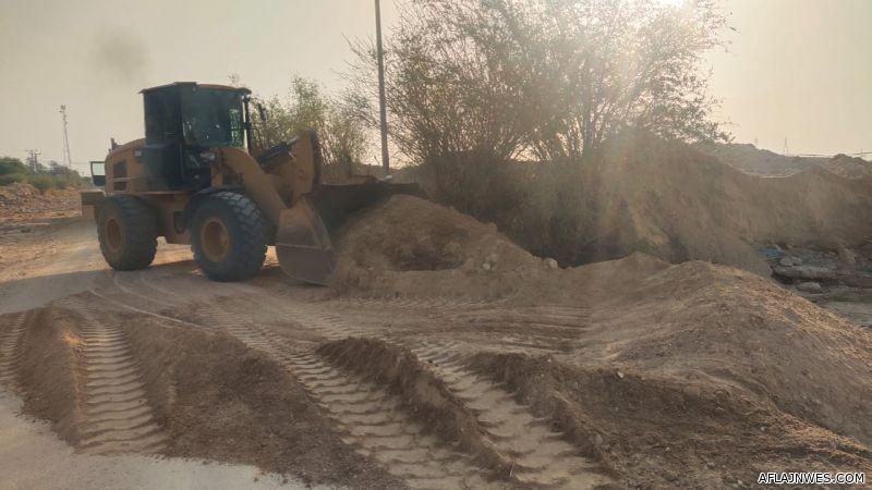 بالصور : بلدية الأفلاج تستنفر طاقاتها البشرية والفنية في إزالة آثار السيول