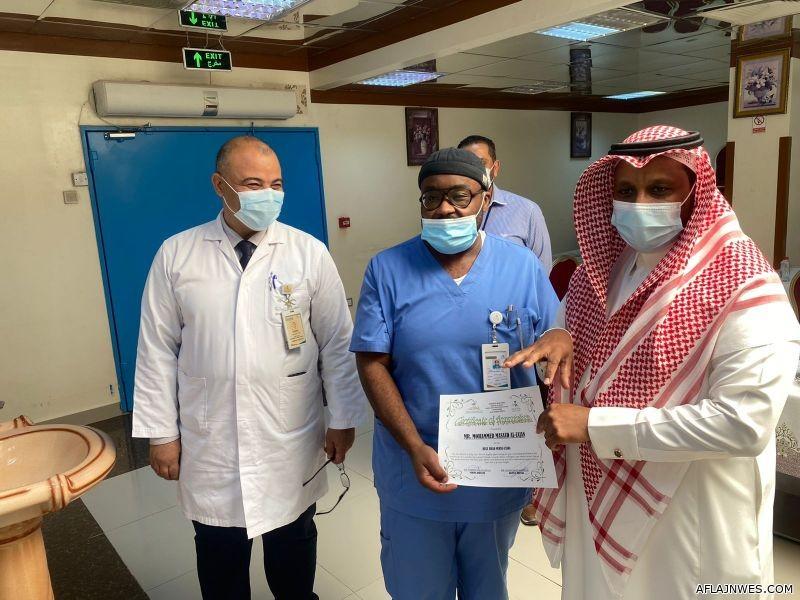 مستشفى الأفلاج يكرم عددا من الممرضين والممرضات